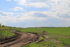 Paysage avec un chemin de terre en Russie images stock