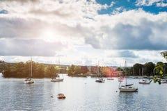 Paysage avec un lac et des yachts Photos libres de droits