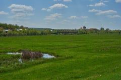 Paysage avec un monastère à l'arrière-plan photographie stock libre de droits