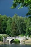 Paysage avec un pont et un ciel foncé photographie stock libre de droits