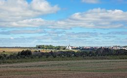 Paysage avec un village à l'arrière-plan Image libre de droits