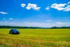 Paysage avec une voiture Photos libres de droits