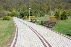 Paysage avec une vue sur une route pavée avec des dalles Photo stock