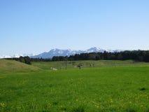 Paysage bavarois et Alpes couverts dans la neige image stock