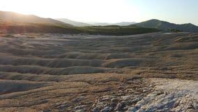 Paysage bizarre dans l'écoulement passé de boue par créé par coucher du soleil Photos libres de droits