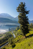 Paysage bleu de rivière et de montagne images stock