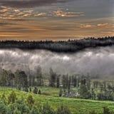 Paysage brumeux de montagnes dans HDR Images libres de droits