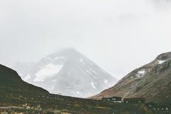 Paysage brumeux de montagnes en parc national de Jotunheimen images libres de droits