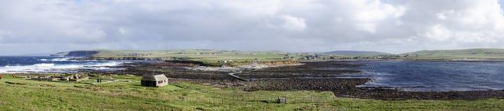 Paysage côtier panoramique avec la petite Chambre image stock