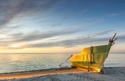Paysage côtier avec le bateau de pêche isolé, mer baltique, l'Europe Photos stock