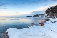 Paysage côtier d'hiver avec de la glace et la neige sur la plage Photo stock