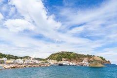Paysage côtier de Lacco Ameno sous le ciel nuageux Photo stock