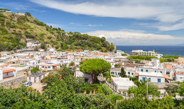 Paysage côtier de ville de Lacco Ameno Ischions Photographie stock