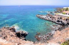 Paysage côtier scénique de turquoise l'Océan Atlantique dans Puerto De Santiago sur Ténérife Images stock