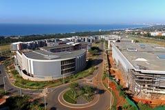 Paysage côtier urbain commercial contre la ville bleue Skyl de Durban Images libres de droits