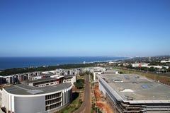 Paysage côtier urbain commercial contre la ville bleue Skyl de Durban Photo stock
