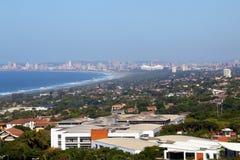 Paysage côtier urbain contre l'horizon bleu de ville de Durban Photos stock