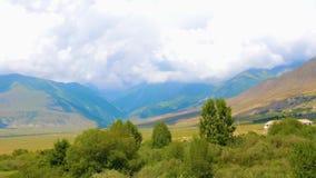Paysage calme avec la vallée verte, les montagnes et les nuages sur le ciel, timelapse clips vidéos
