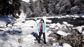 Paysage coloré d'hiver avec une fille marchant le long d'un lac de montagne Belle vue de l'hiver idyllique avec clair comme de l' banque de vidéos
