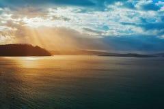 Paysage coloré de lever de soleil au-dessus d'île de Santorini, Grèce Image libre de droits