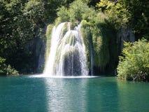 Paysage coloré et vibrant de rivage de lac Paysage tranquille utile comme fond Abaissez le canyon de lacs Lacs Plitvice nationaux Photographie stock