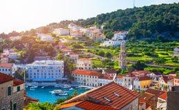 Paysage color? dans la ville m?diterran?enne Hvar, endroit c?l?bre de voyage sur la Mer Adriatique, Croatie Ville stup?fiante de  image stock