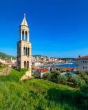 Paysage color? dans la ville m?diterran?enne Hvar, endroit c?l?bre de voyage sur la Mer Adriatique, Croatie Ville stup?fiante de  image libre de droits