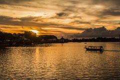 Paysage - coucher du soleil sur la rivière de Sarawak Image libre de droits
