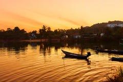 Paysage Coucher du soleil tropical d'île avec le bateau de flottement CCB de nature Photos stock
