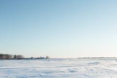 Paysage désolé d'hiver près du village Photo stock