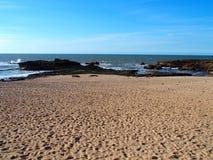 Paysage désolé de plage rocheuse au Maroc Images libres de droits