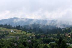 Paysage d'été avec de belles montagnes Photographie stock libre de droits