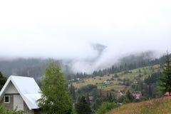 Paysage d'été avec de belles montagnes Photo stock