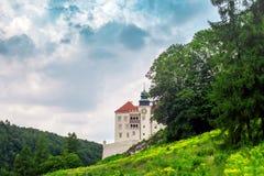 Paysage d'été avec le château royal dans Pieskowa Scala, Cracovie, Pologne images libres de droits