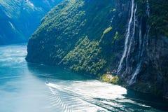 Paysage d'été avec le fjord et la cascade, Norvège Photographie stock libre de droits