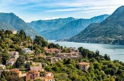 Paysage d'été avec le lac Como et les montagnes le d'après ce qui précède de la ville de Como Photos stock