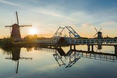 Paysage d'été avec les moulins à vent et le pont aux Pays-Bas Photos libres de droits