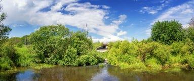 Paysage d'été avec un courant et végétation verte sur les banques, Russie, Ural Photo libre de droits