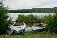 """Paysage d'été avec yanikha et bateaux de Vodop de lac """" images stock"""