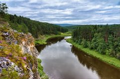 Paysage d'été de la roche sur la rivière d'Oufa dans les montagnes d'Ural Nature de la Russie photos stock