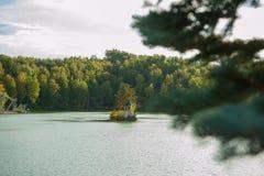 Paysage d'été de lac avec de l'eau le cristal et l'eau douce Aya image libre de droits