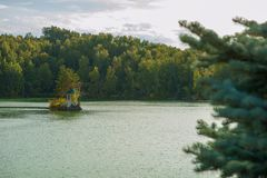 Paysage d'été de lac avec de l'eau le cristal et l'eau douce Aya photographie stock libre de droits