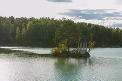 Paysage d'été de lac avec de l'eau le cristal et l'eau douce Aya photos stock
