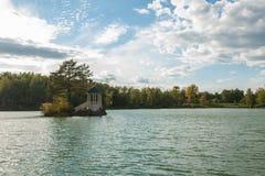 Paysage d'été de lac avec de l'eau le cristal et l'eau douce Aya photographie stock