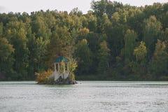 Paysage d'été de lac avec de l'eau le cristal et l'eau douce Aya images stock