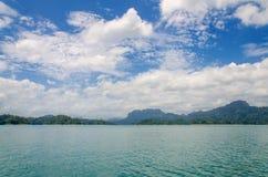 paysage d'été de lac et de montagne verts au barrage de Ratchaprapha Photo stock