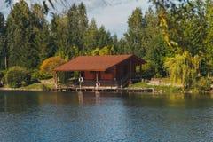 Paysage d'été de maison sur le rivage du lac Images libres de droits