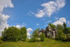 Paysage d'été de montagne, grande pierre sur la colline Photographie stock libre de droits