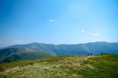 Paysage d'été de montagnes carpathiennes avec les WI ensoleillés verts de collines Images stock