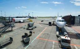 Paysage d'été de secteur d'aérodrome avec attendre des airplaines Images stock